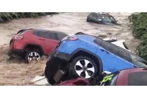 Наводнение смыло в реку автомобили с дилерской площадки Chrysler